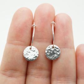 Zilveren creolen met muntje