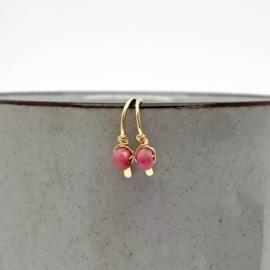 Gouden minimalistische oorbellen met Rhodoniet