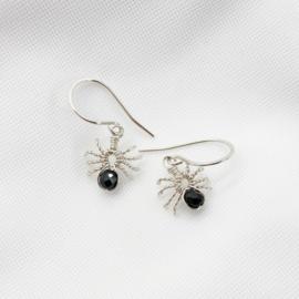 Zilveren spin oorbellen met zwarte spinel