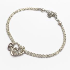 In je hart gesloten, Symbolische armband met hartje en 2 ringetjes