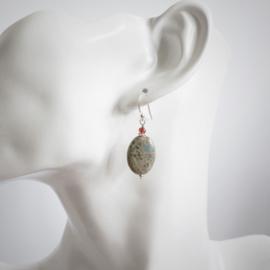 Zilveren oorbellen met serpentijn en granaat