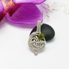 Zilveren hanger met peridot in de vorm van een blad