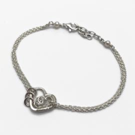 In je hart gesloten, Symbolische armband met hartje en 3 ringetjes