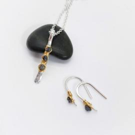 In opdracht, setje oorbellen en collier met ruwe diamant