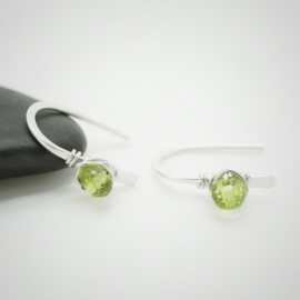 Kleine zilveren oorbellen met peridot