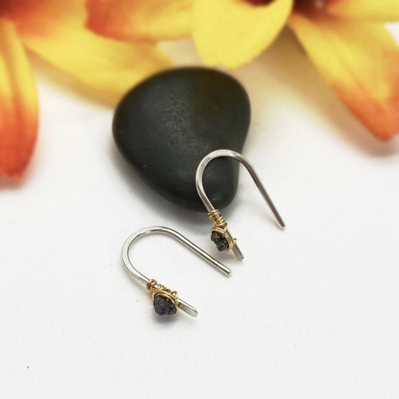 Kleine oorbellen met zwarte ruwe diamant