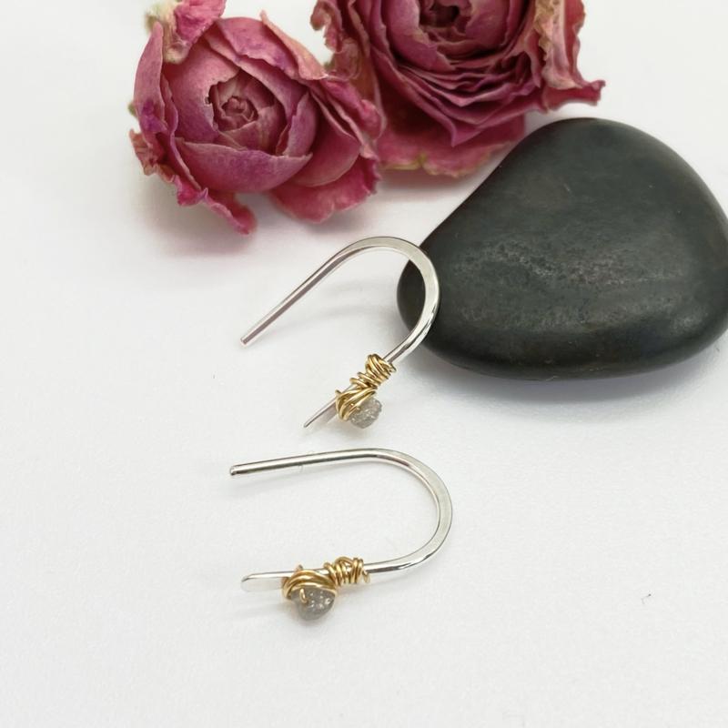 Kleine oorbellen met lichtgrijze ruwe diamant
