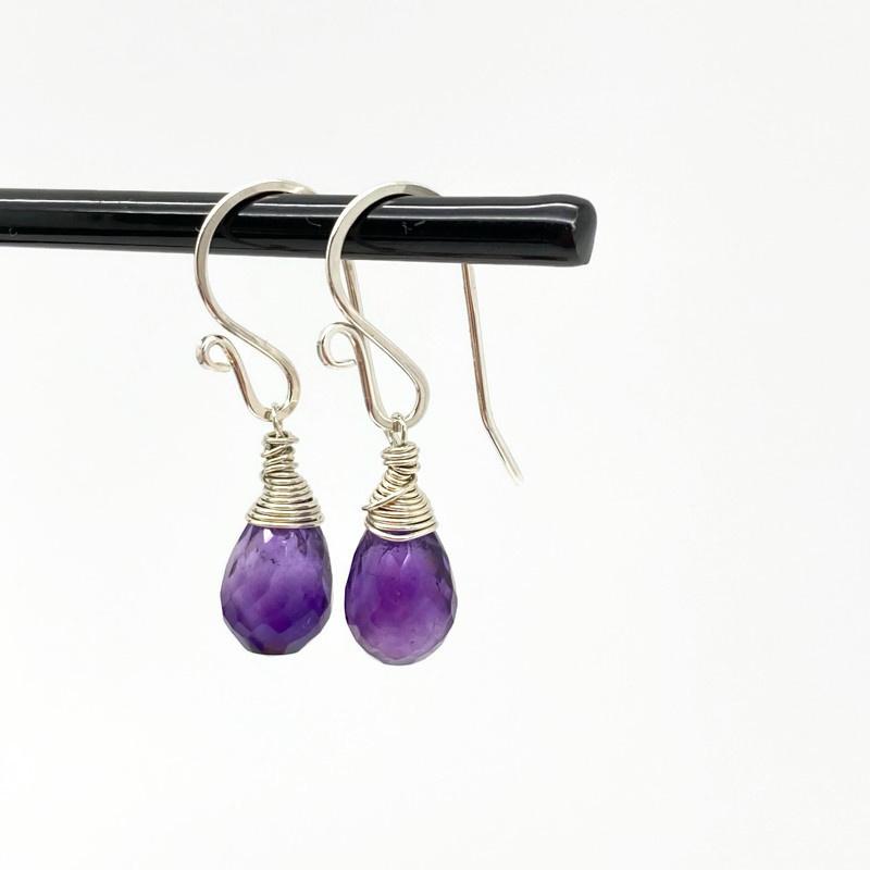 Zilveren oorbellen met druppels van Amethist