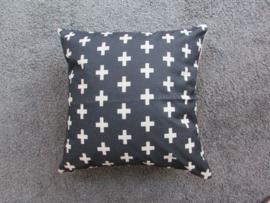 Zwarte kussenhoes met witte kruisjes