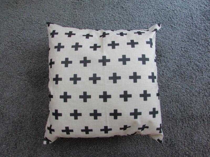 Witte kussenhoes met zwarte kruisjes