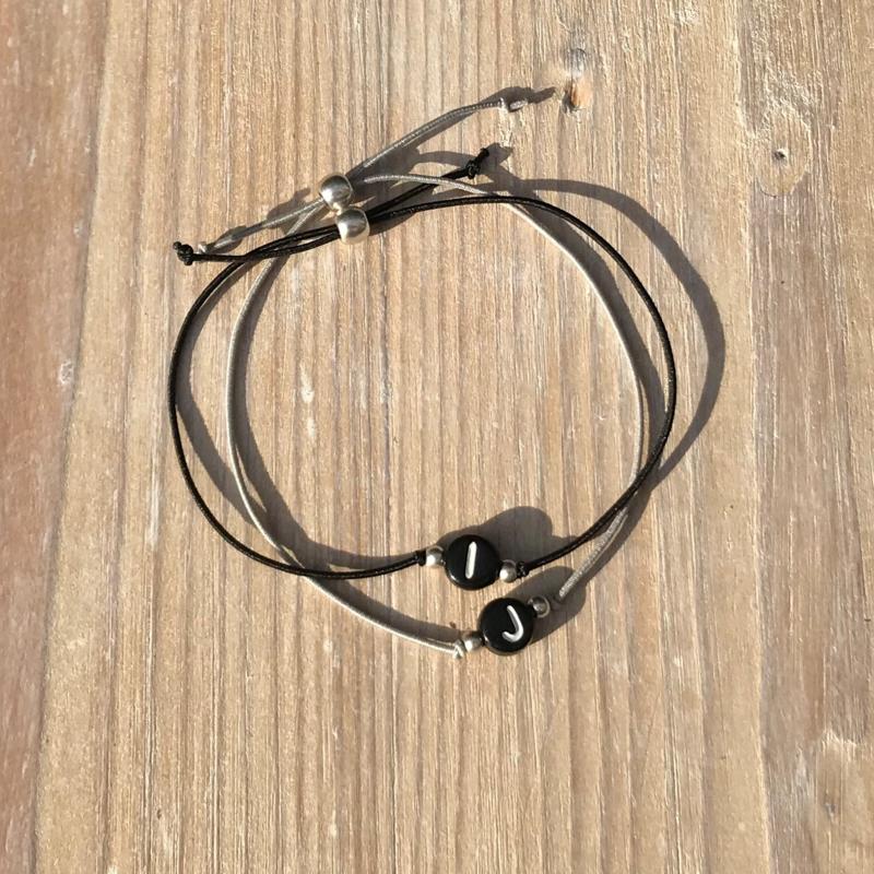 Initialen armband zwart