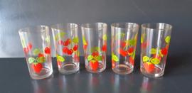 Glazen met rood fruitmotief. Set van vijf stuks.