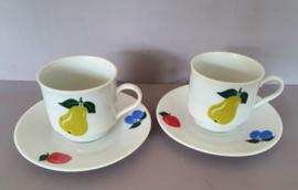 Set kop en schotels fruit.