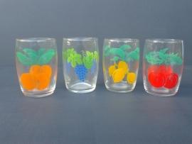 Glazen met fruitmotief. Set van vier stuks. Jaren 70. (G07)