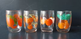 Glazen met oranje fruitmotief. Set van vier stuks. Jaren 70. (G08)