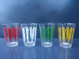 Set van vier glazen met streepmotief.