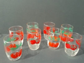 Glazen met rood fruitmotief. Set van acht stuks. Jaren 70 (G12)