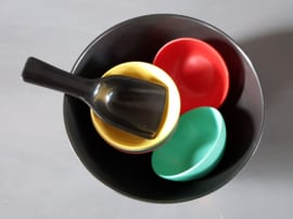Kunststof pindaset serveerschaal jaren 60 (art27).