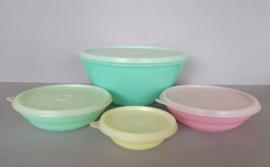 Set Tupperware bakjes.