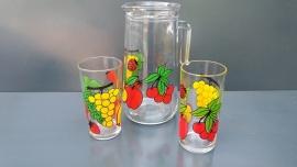 Kan met twee glazen, fruitmotief.