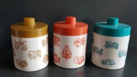 Set van drie voorraadpotjes van melkglas.