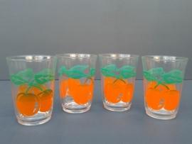 Glazen met oranje fruitmotief. Set van vier stuks. Jaren 70. (G04)