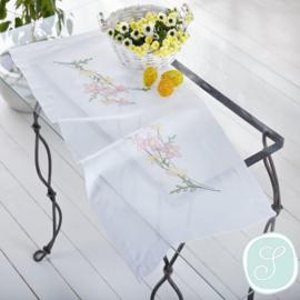 Tafelkleed of loper met lila bloemen
