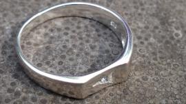 Ring met driekhoekje gevuld met zircoon