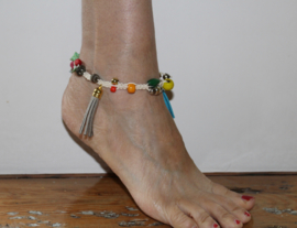 "Enkelbandje ""the Naturals"" EISCHELP WIT  macramé met kwasten en MULTICOLOR kralen - Anklet ""the Naturals"" OFF WHITE with MULTICOLOR beads and tassels"