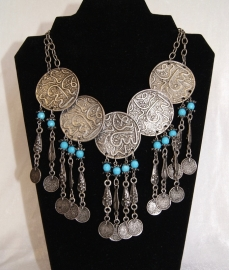 Bohemian hippie chic Halssnoer faraonisch ZILVER kleurig met TURQUOISE BLAUW met 5 zilveren schijven en muntjes - farao12 - Boho hippy chick, Pharaonic necklace SILVER TURQUOISE BLUE with 5 silver discs and coins