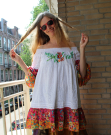 Off shoulder bloesje tuniek WIT kant met MULTICOLOR bloemetjes mouwen en bloemen stroken aan de onderkant - L XL- WHITE Lace off shoulder blouse / tunic / short dress with MULTICOLOR flowered ruffled sleeves and bottom