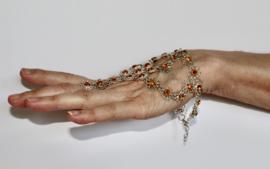 ZILVER kleurig Handsieraad driehoekig met bloemetjes met gouden hartjes (1 ring) - one size adaptable - 1-ring triangular hand jewel, flower decorated SILVER color with GOLDEN hearts