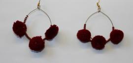 Lichtgewicht ring oorbellen met kraaltjes en BORDEAUX DONKER RODE pompons - diameter 5 cm - Lightweight earrings with beads and WINE RED BURGUNDY pon pons