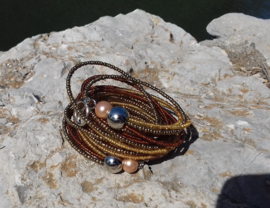 Spiraal armband Ibiza stijl met kleine en grote kraaltjes LICHT BRUIN, DONKERBRUIN, ZILVER, hartje, peace teken - Beaded Spiral bracelet Ibiza style with small and big beads, LIGHT BROWN, DARK BROWN, SILVER, peace sign, heart