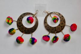 Pompon oorbellen MULTICOLOR aan een GOUDEN bloemetjes ring Tribal Fusion stijl - pom pom earrings MULTICOLORED, Tribal Fusion style with GOLD color, flower decorated rings
