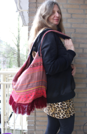 Lichtgewicht Boho hippie chic Ibiza tas BORDEAUX, VIEUX ROSE, ROZE TINTEN met multicolor kruissteek handwerk  en franjes - Extra Large - Lightweight Bohemian Ibiza Bag BURGUNDY, SHADES OF PINK with fringe bottom and handycraft multicolor