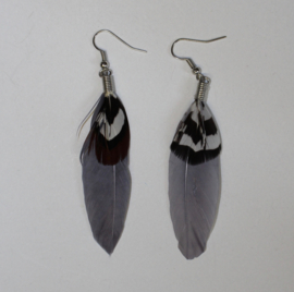 Lichtgewicht Hippie Chic Veertjes oorbellen GRIJS, met extra ZWART WIT gestreept veertje bovenop - Leight weight Hippy Chick Feather earrings GREY,  with extra BLACK and WHITE striped feather on top
