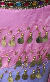Meisjes buikdans sjaal, Gekleurde steentjes gordel ROZE chiffon, met GOUDEN kraaltjes en muntjes voor meisjes - XXXS - Bellydance hipbelt with colored stones for girls PINK chiffon, GOLD decorated with beads and coins