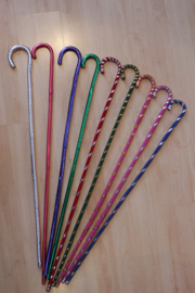 Dunne stok met krul voor Raqs Asaya / Saidi stokdans ZILVER, ROOD, BLAUW, PAARS, GROEN, GESTREEPT, ROZE - diameter 1,5 cm - Thin cane for raqs Asaya cane / stick dancing SILVER, RED, PURPLE, GREEN, PINK, BLUE, STRIPED