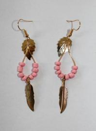 Lichtgewicht Oorbellen GOUD kleurig met 2 soorten blaadjes en ROZE kraaltjes - Lightweight Earrings GOLD color with 2 kinds of leaves and PINK beads