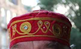 Rond hoofddeksel voor heren / jongens ROOD met GOUD borduursel -  Small - Harem head gear men / boys RED, GOLD embroidered
