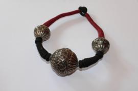 Indian Tribal halssnoer textiel choker met 3 ZILVER kleurige bollen - Indian tribal necklace choker with 3 SILVER colored beads