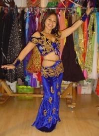 Baladi kostuum fluweel met bloesje en smalle rok met taillebandje en 1 split koningsblauw goud