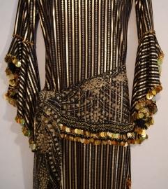 Saidi / Baladi jurk ZWART GOUD gestreept +  hoofdband (+ heupsjaal met muntjes en glinsters )- M / L - Baladi /saidi dress BLACK GOLD striped  + headband ( + glitter hipbelt)
