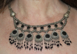 Tribal Fusion Halssnoer zilverkleurige kralen en pendantjes met ZWARTE stenen ingelegd -TrH2 - Cushi necklace with BLACK stones inlay