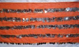 Buikdansgordel met haakwerk, en rijen zilveren metalen en plastic muntjes op ORANJE stof