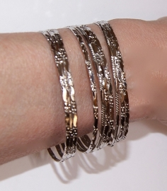 Setje ZILVER kleurige Armbanden dames  9 stuks - diameter 6,8 cm - Set of 9 small bracelets SILVER color ladies