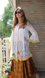 Bloesje tuniek WIT kant met MULTICOLOR bloemetjes applicaties en afgeboord met pompons en franje band - L XL- WHITE Lace blouse / tunic / short dress with MULTICOLOR flower applications, pon pon and fringe rimmed