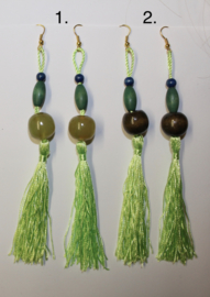 Lange lichtgewicht oorbellen met kwasten LICHT GROEN Bohemian hippie chic - Extra Long - Long lightweight tassel earrings Light GREEN Boho hippy chick.