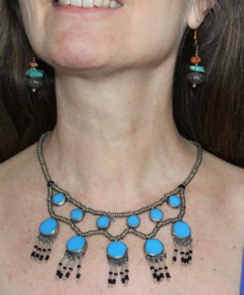 Halssnoer zilverkleur ingelegd met TURQUOISE Turks BLAUWE stenen ingelegd - Tribal necklace SILVER colored beads with TURQUOISE stones  inlay